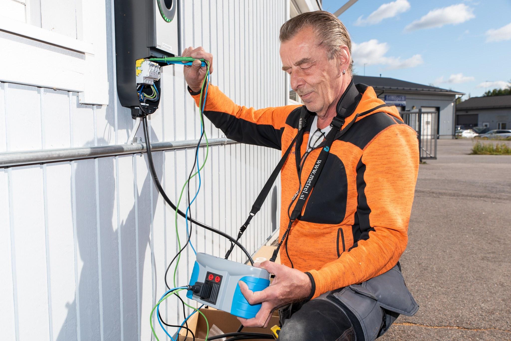 TR-sähkö asentaa auton sähkönlatauspistettä